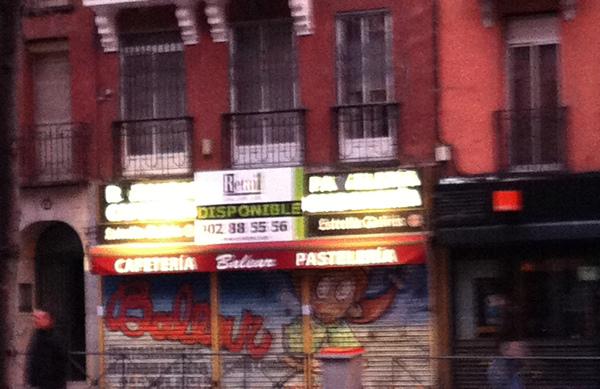 Foto real del rótulo luminoso de un establecimiento cerrado a las 08:00