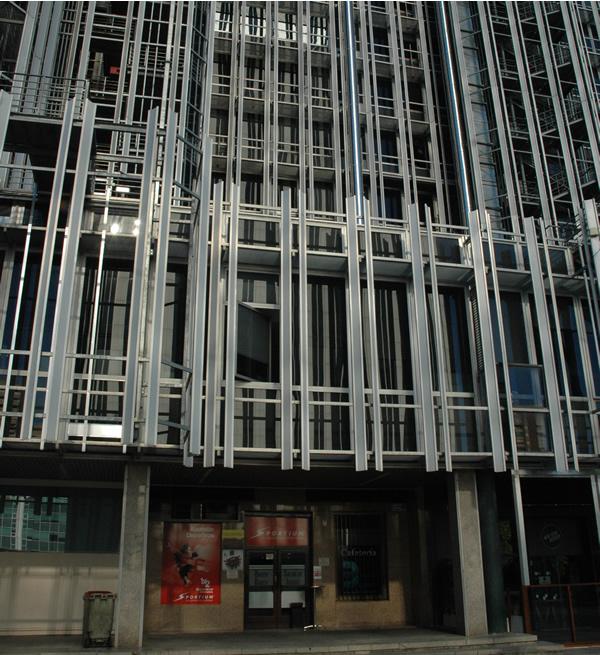 Salón de apuestas a espaldas de la sede de SAREB