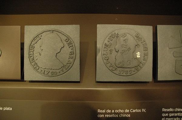 Real de a ocho de Carlos IV con resellos chinos de la Colección Permanente del Museo Arqueológico Nacional. Madrid.